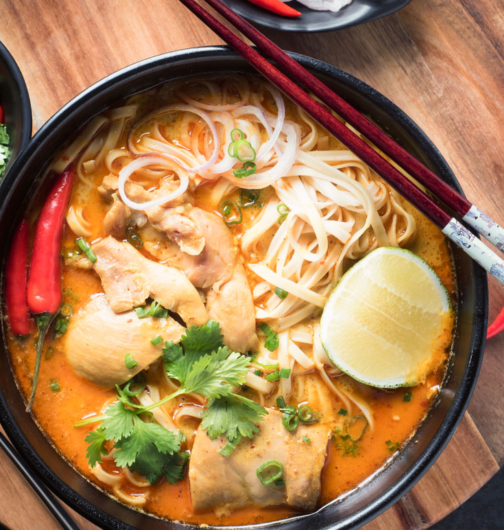 khao soi in a black bowl from above