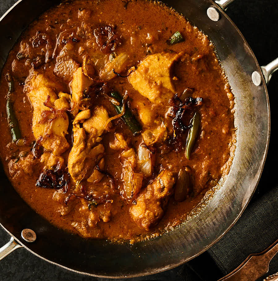 Indian hotel chicken dopiaza in a karai bowl from above
