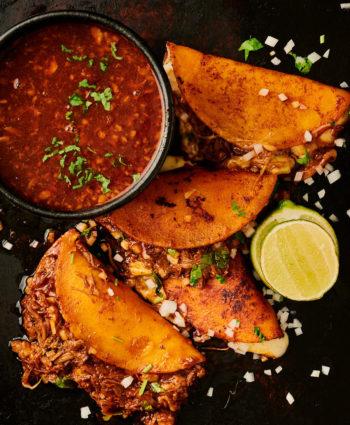 birria tacos con consomé