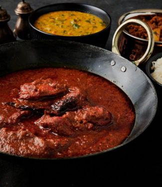 Chicken vindaloo in a kadai from the front.