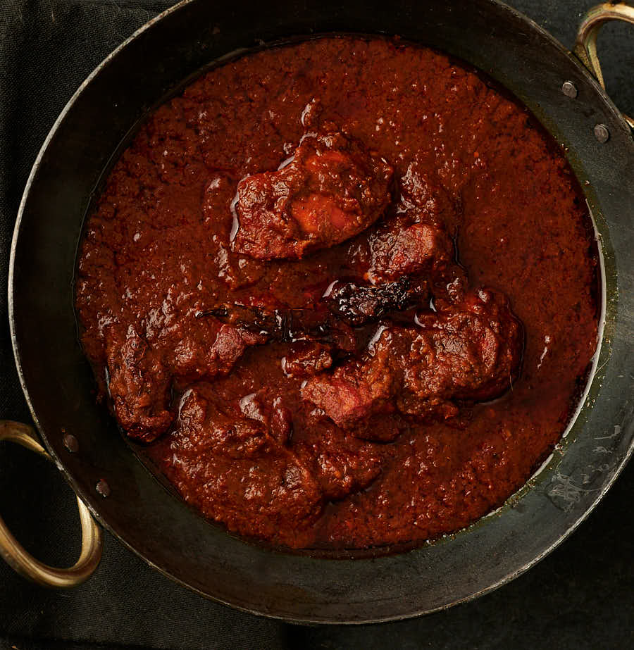 Chicken tikka vindaloo - hotel style in a kadai from above.