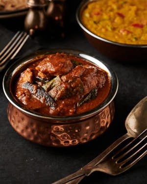 Bowl of Ceylon chicken curry from the front